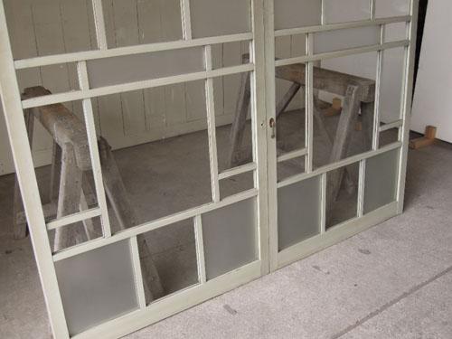 格子のデザインはそれだけでアクセントに,アンティーク,引き違い戸,ガラス戸,引戸,建具,ペイント,リノベーション,店舗,間仕切り