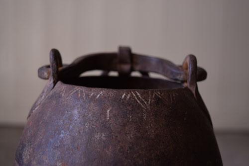 縁には装飾が,アンティーク,鉄器,釣瓶,装飾,インド,ディスプレイ,コレクション,古道具,