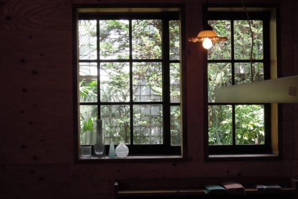 改装に使う建具はすべて古い木製のアンティークドア、ガラス戸を使用した。