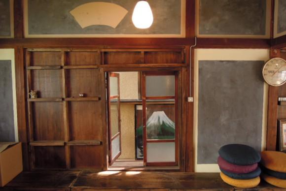2F書斎の漆喰はワークショップを行い、子供から地域の方の協力で素敵な意匠に。