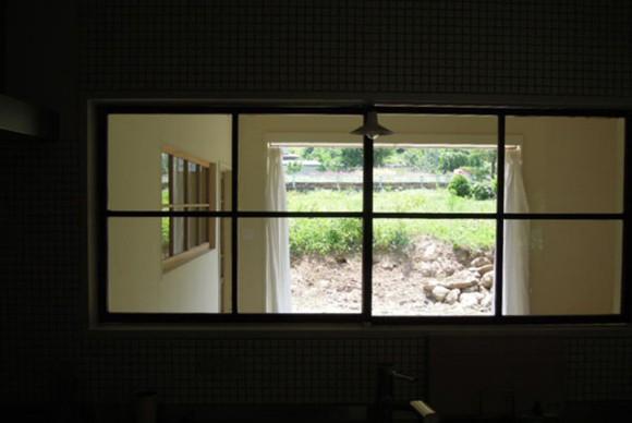 キッチンから見るガラス越しの風景が素敵。