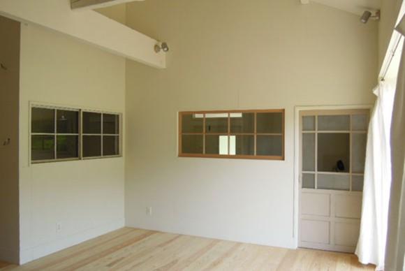 アンティークドアや、アンティークガラス戸が明かり取りとなってアクセントのポイントに。