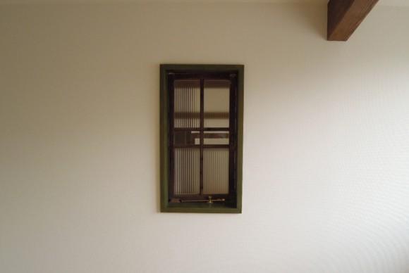 壁にぽつっと建て付けたガラス戸は2階の子供部屋。