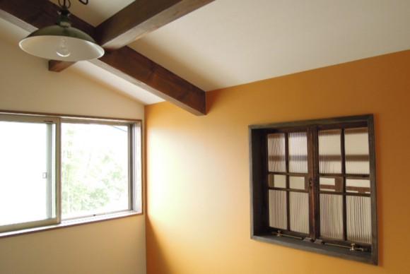新築物件の部屋の窓にアンティークガラス戸を使用して頂きました。