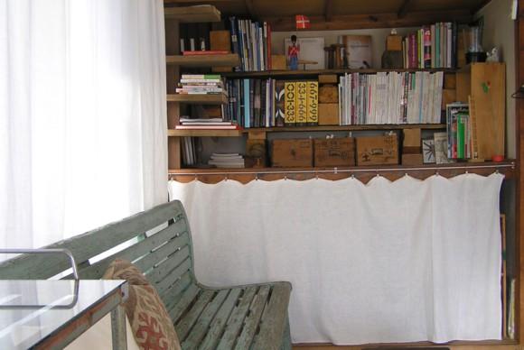 手作り感が残る本棚や収納は、少し不格好でも少し不便でもそれと付き合って生活していく楽しみを教えてくれた。