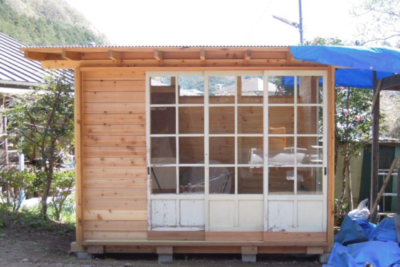 アンティークガラス戸を活かし、お庭に下小屋をつくっていただきました。