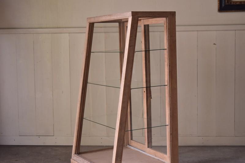 縦長でスペースを取らないコンパクトな造り,アンティーク,ヴィンテージ,ガラスケース,ショーケース,ショップ,店舗,什器,食器棚