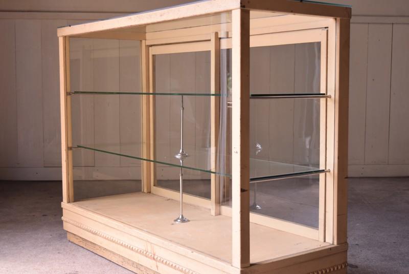 アイボリーのペイントが優しい雰囲気,ガラスケース,ガラスショーケース,ショーケース,陳列,什器
