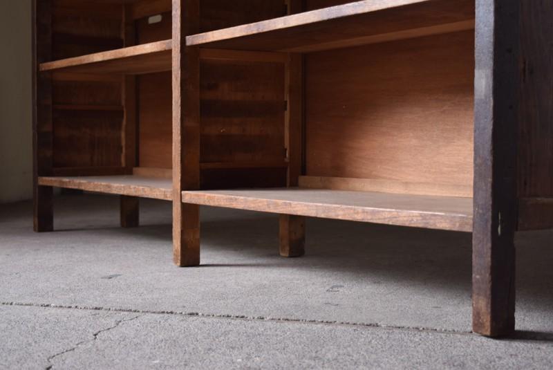 脚付きで地面から少し浮いているので掃除もしやすい,アンティーク,ヴィンテージ,テレビボード,ローボード,本棚,オーディオ,収納