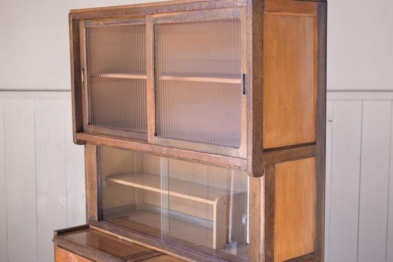 2種類のガラスを使用,アンティーク,食器棚,モールガラス,クリアガラス,収納,キッチン