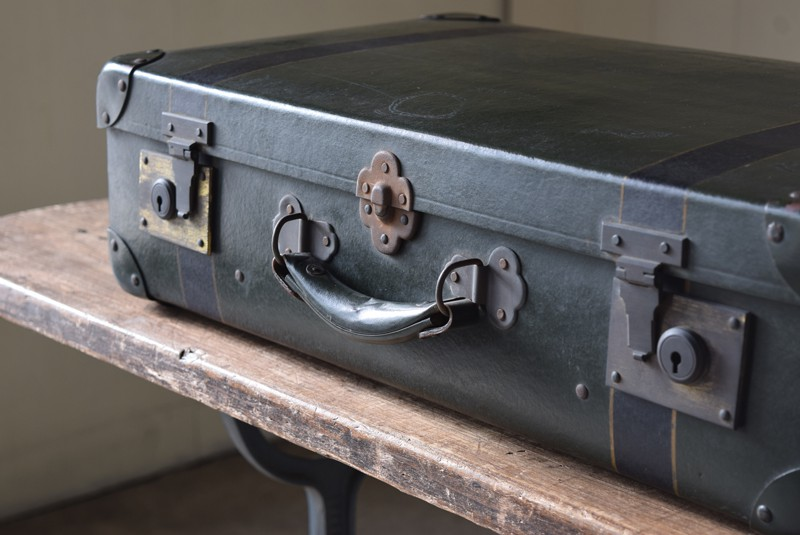 古い金具も重厚な雰囲気,アンティーク,ヴィンテージ,トランク,旅行,衣装トランク,ディスプレイ