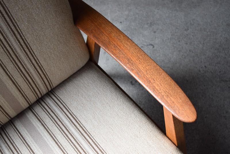 アームは木目が綺麗なチーク材,アンティークデンマーク家具,北欧家具,イージーチェア,ソファ,ビンテージ,チーク材,オーク材