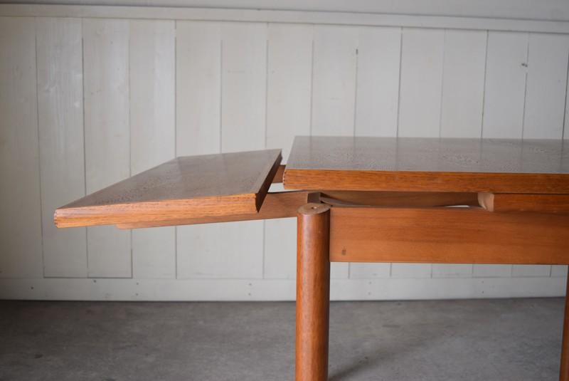 天板下の板を斜め下に引き出す,ヴィンテージ,カリモク,karimoku,テーブル,ダイニングテーブル,エクステンションテーブル