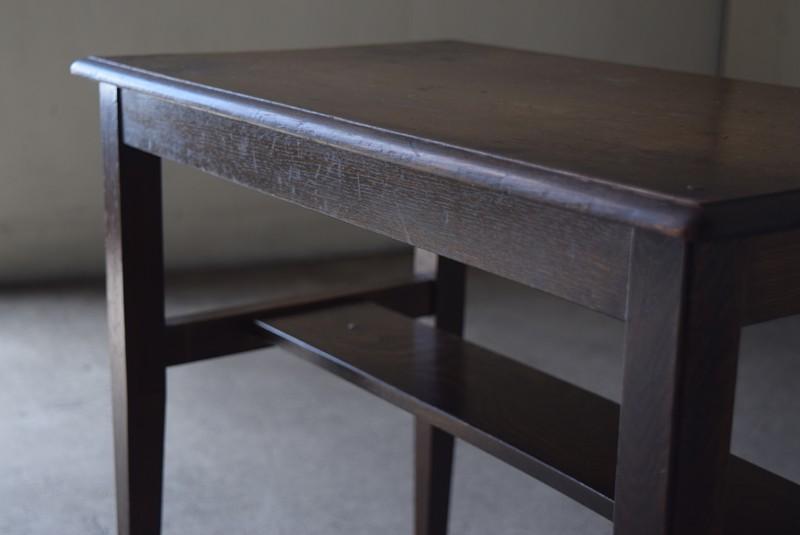 天板にはシンプルな縁取り,アンティーク,ヴィンテージ,サイドテーブル,ローテーブル,ナイトテーブル,こげ茶,深い色味