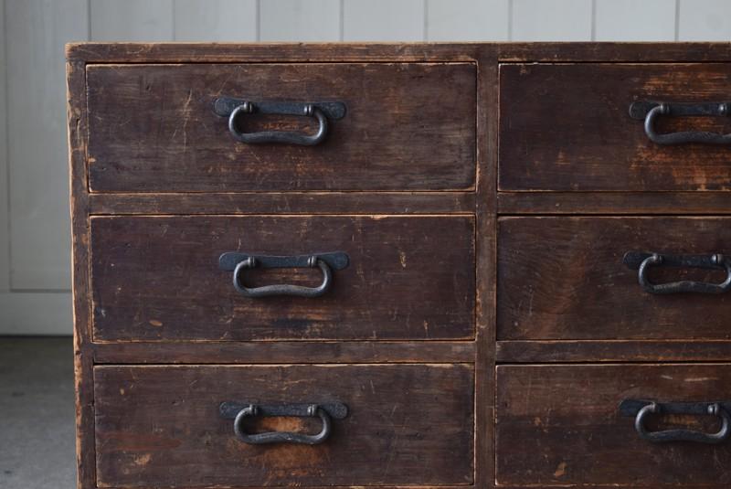 すべて同じサイズの引き出しが整然と並ぶ,古道具,民芸,箪笥,帳場箪笥,和箪笥,収納,水屋,引き出し,和金具,飾り台,