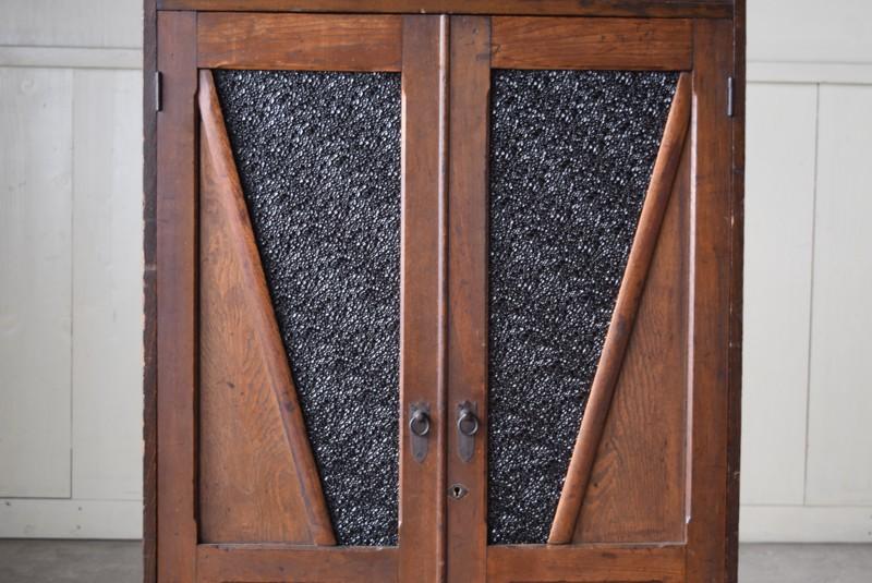 ガラス部分は閉めると黒のような色合いに,アンティーク,食器棚,本棚,収納棚,本箱,ダイヤガラス,色硝子,引き出し,