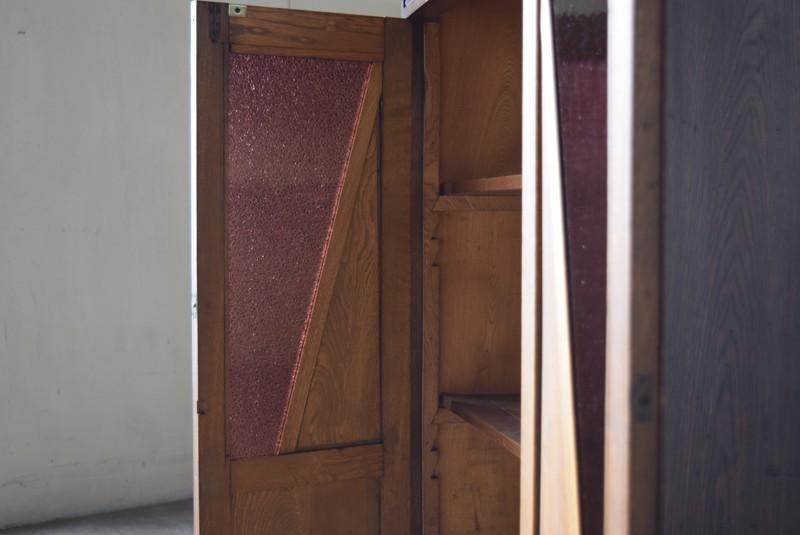 光に透けるとガラスがボルドーだと分かる,アンティーク,食器棚,本棚,収納棚,本箱,ダイヤガラス,色硝子,引き出し,