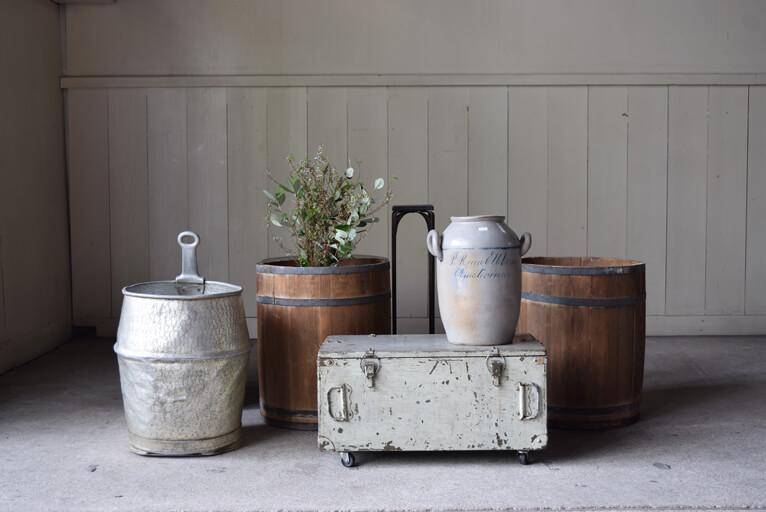 アンティークの缶や樽はガーデニングアイテムなどとして