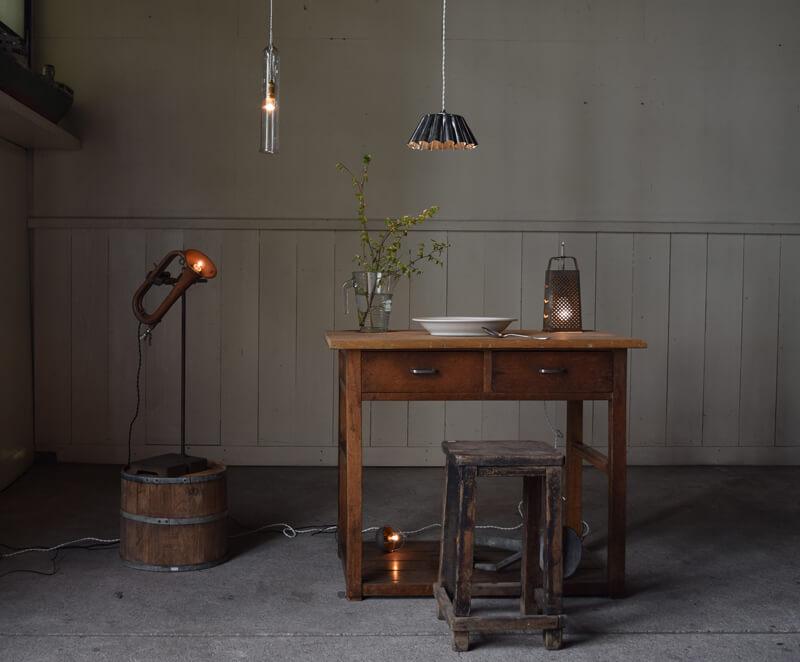 古道具やアンティークパーツを活かしたアンティーク照明はオブジェのようにいい感じ。