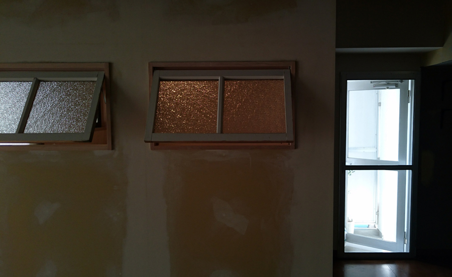 ダイヤガラスやモールガラスから屈折した淡い光はノスタルジーであたたかい。そんな灯りが部屋のくつろぐ時間にリビングやキッチンにいても感じられる。