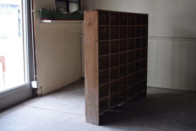 薄型で壁面に沿って細かく陳列や収納ができます。