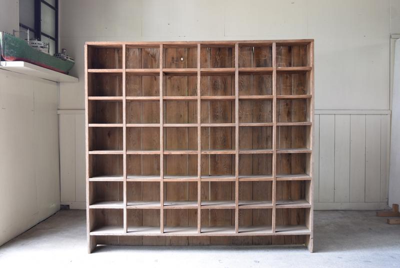 圧迫感のないデザインで、フラットな壁面に大容量の陳列、収納ができるようになりそうです。