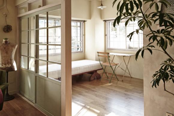 リビング、寝室、キッチンを分ける 中央に配置した小さな小屋はクローゼット。 左官仕上げの壁面はどこの空間にいても感じられ、 いいなって思っている好きな佇まいを部屋中で感じられるようになりました。