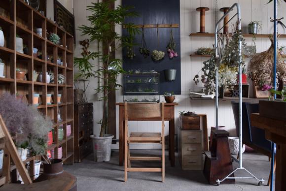 ジョンソンタウン内にあるBlumen Hütteさんをお呼びして旬な植物と古道具を交えて展示販売しました。店全体を植物でディスレプイして皆さまをお迎えします。
