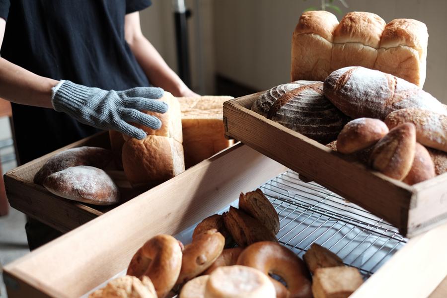 飯能駅から徒歩圏内の場所に新しくオープンする、こぢんまりとした平屋づくりのパンとお菓子の店ハチタカ。
