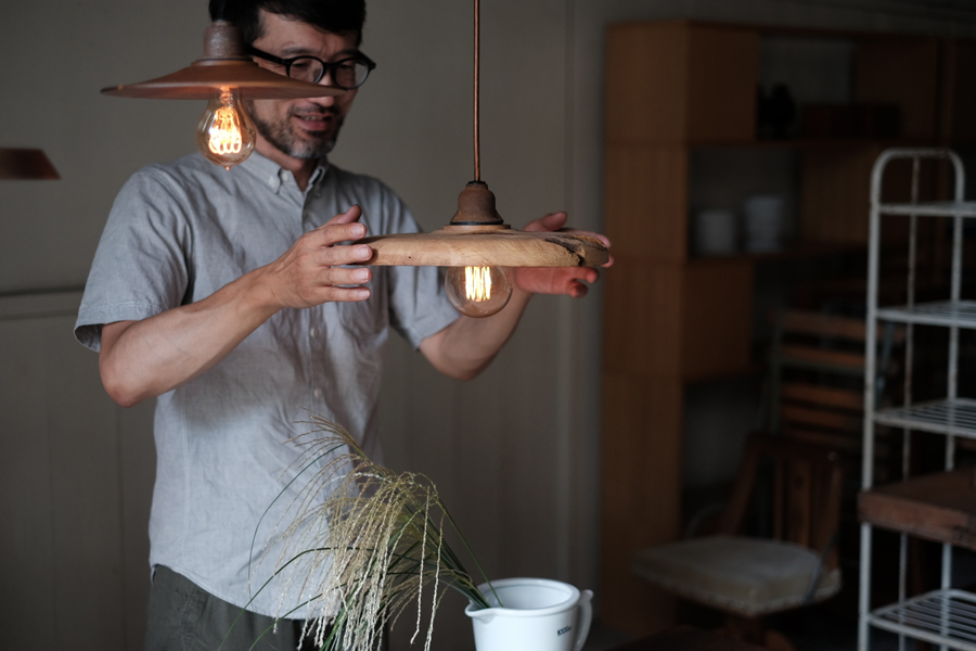 素材が持つ自然の表情を最大限に活かし、一点一点異なる木の照明を製作するRECORDの齋藤勝弘さん。
