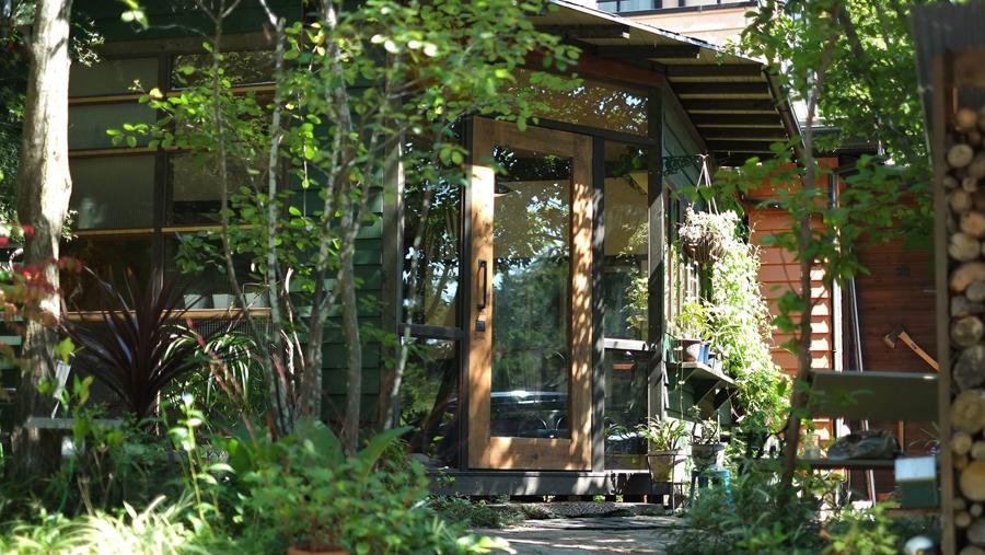 日高市の静かな山のふもとにあり、木々に囲まれ、景色も居心地も良いCAFE HACHISU。