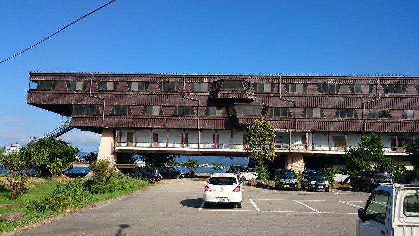菊竹清訓設計の佐渡グランドホテル。湖に突き出した建物はまるで湖に浮かぶような設計