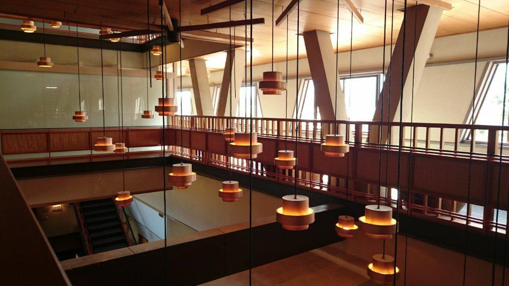 ラウンジには剣持勇デザインの家具が調度品として調和し馴染んでいました。