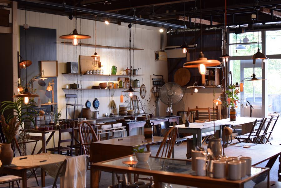《パンと暮らしのランプ展》では空間を彩り、実際に家具や食器などを使っていただき、食卓やそれにまつわる空間演出をイギリスで買い付けたアイテムで。