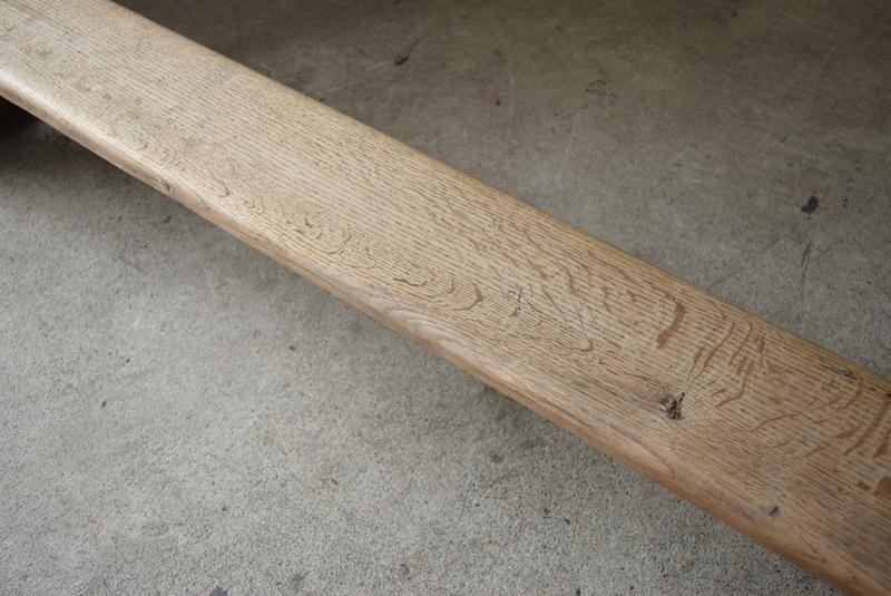 オーク材の古い木味が良い感じで、