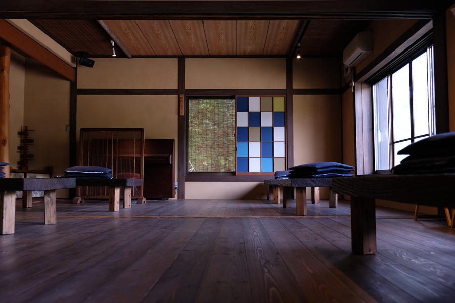 新たに人が集いやすいように西川材を使った板の間に仕上げ直し、シンプルにまとめた内装は清潔感と落ち着きがあり