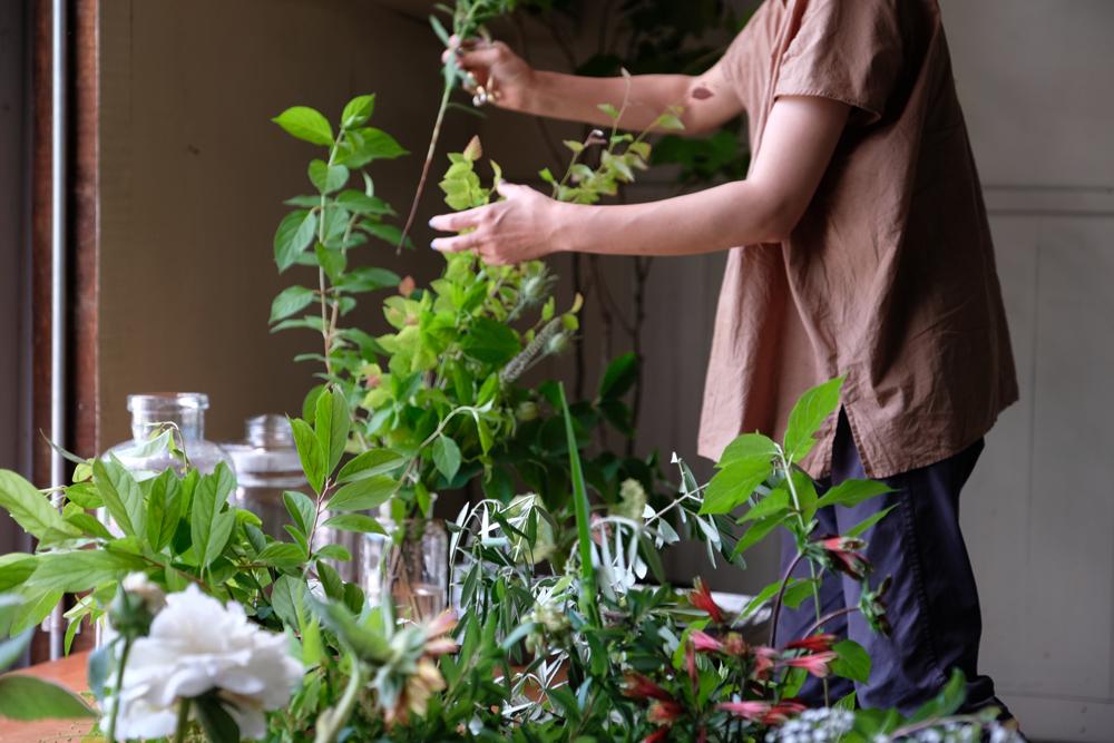 BROCANTEさんのお庭の手入れで出た剪定枝を活かし、アンティークのガラス器などに挿してコーディネートを楽しめます。