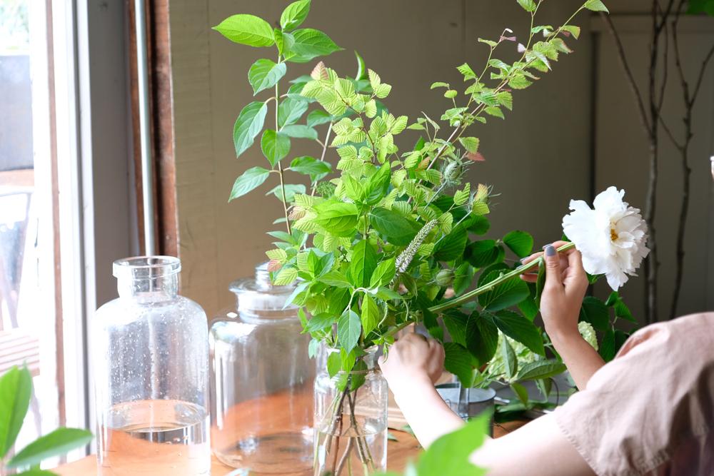 フラワーデザイナーのLa.montagneさんを招いて切り花の販売もあります。剪定枝や切り花を交えた活かし方や飾り方のアレンジやデモンストレーションをさらに詳しくレクチャーしていただきながら楽しむことができます。