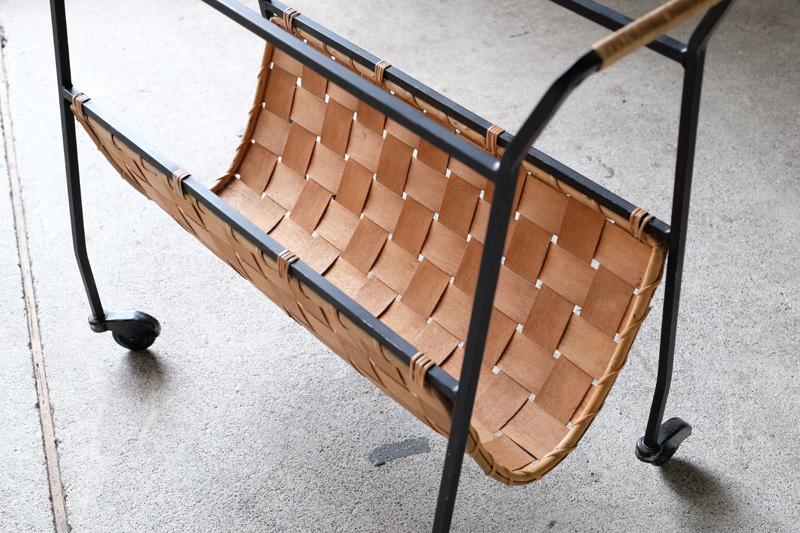 アイアン素材に籐と木を掛け合せた珍しいデザインのブックスタンド。
