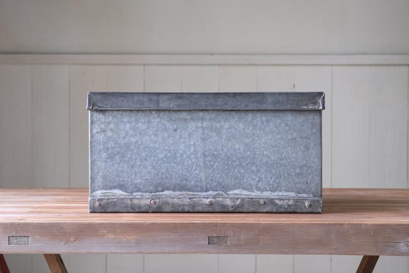 古いトタンの雰囲気が格好いい収納箱