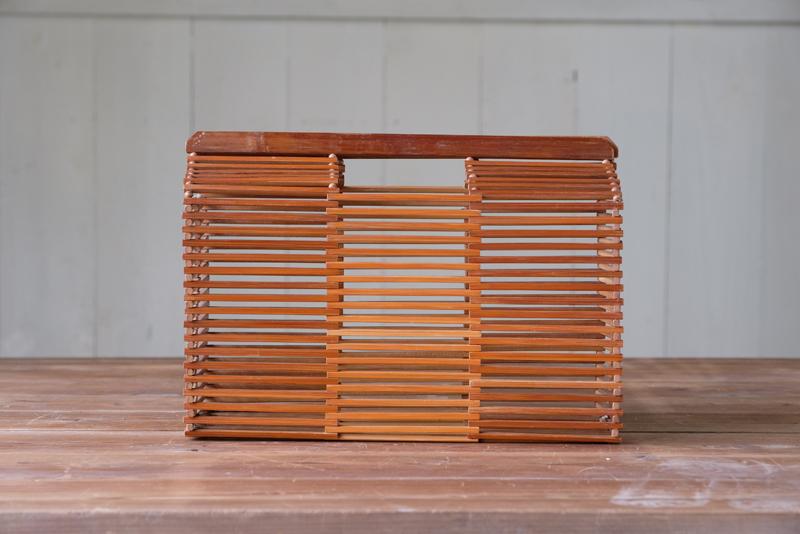 細やかな竹細工で作られたバック。経年により飴色になった質感