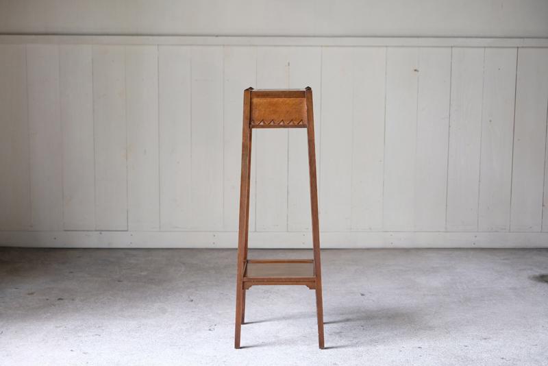 細い線ですっきりとした佇まいが魅力的な飾り台。シンプルの中にアクセントとしてデザインされたディテールが物としての存在感も示してくれます。