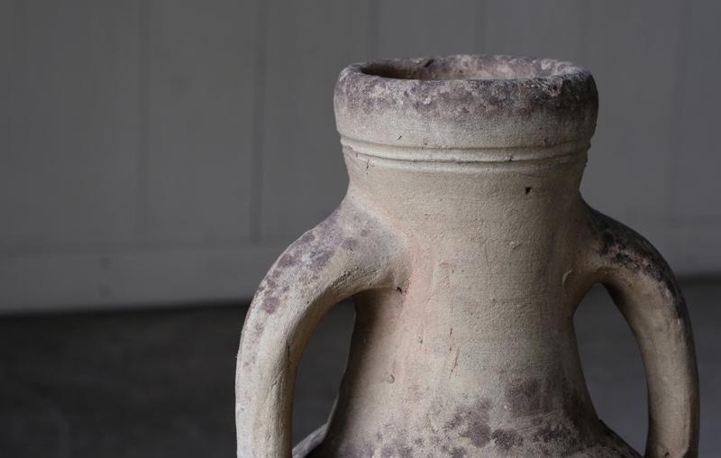アンフォラとは一対の垂直な取っ手が付いた壺の総称です。