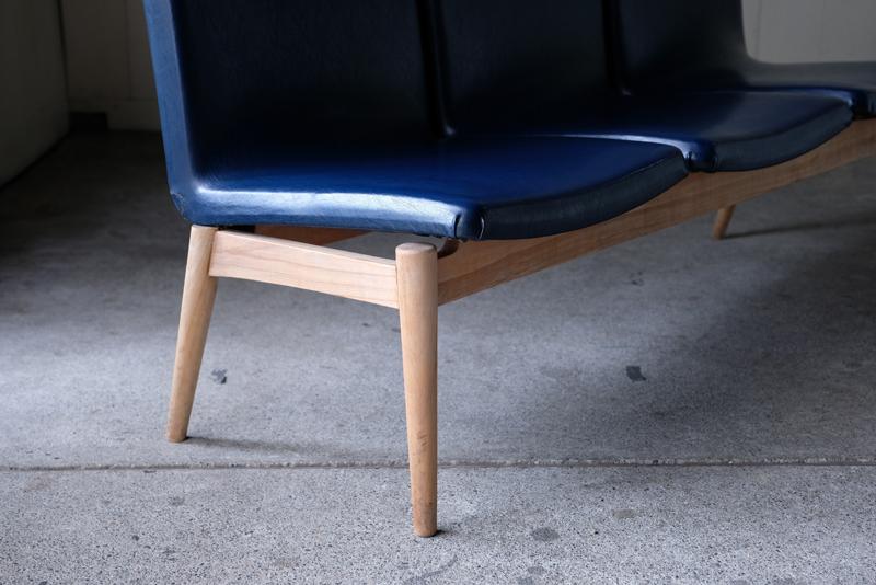 意匠を凝らしながらもすっきりとした脚のフォルムが軽快な印象を与えます