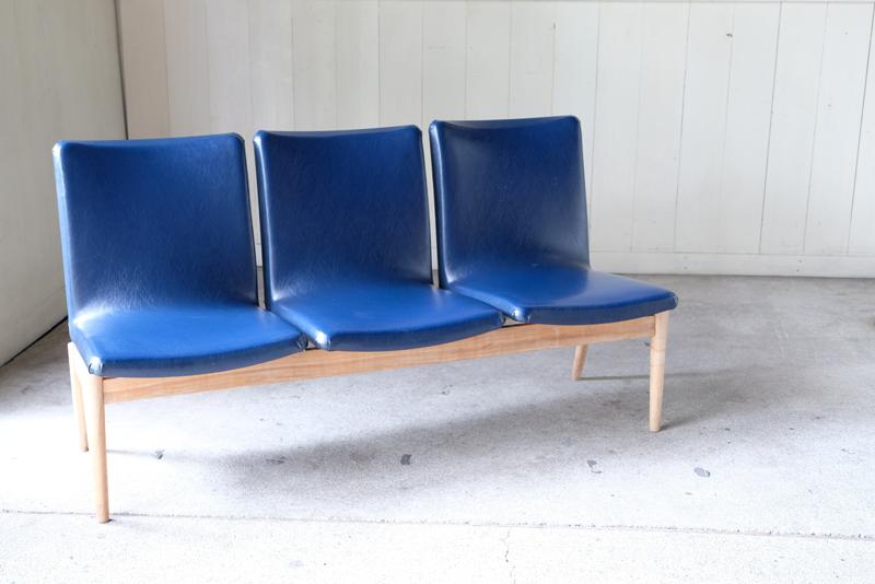 ブナ材の脚とビニールレザーを組み合わせたベンチソファ