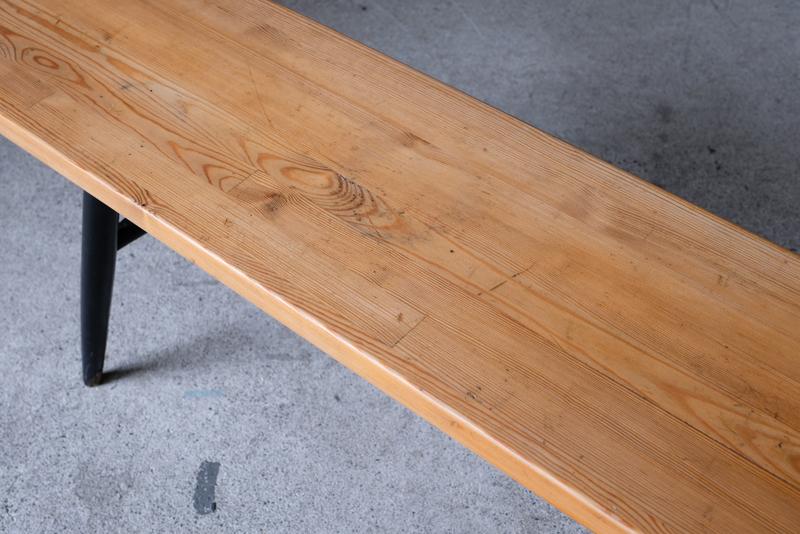 パイン材の柔らかな木目や側面の積層も美しいです