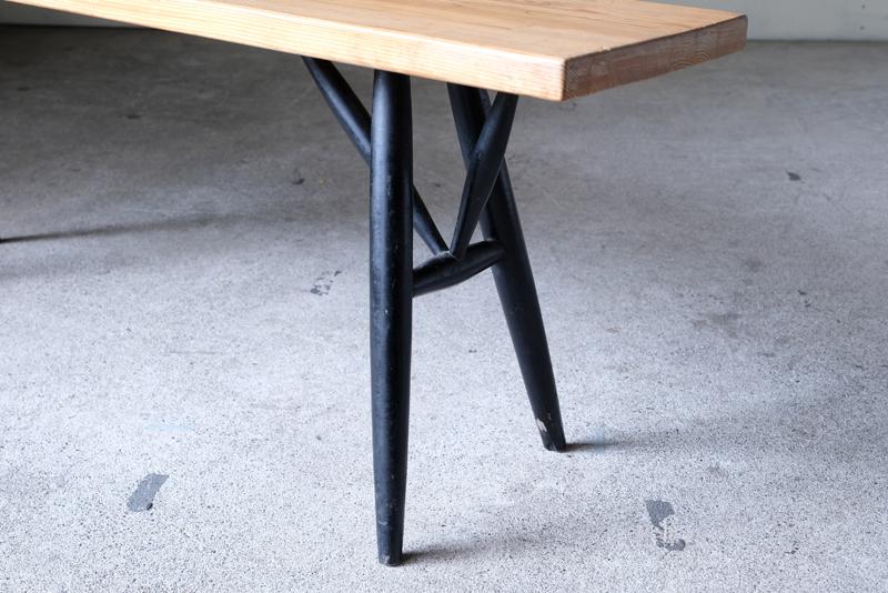 特徴的な脚のデザインに加え、パイン材の柔らかな木目や側面の積層
