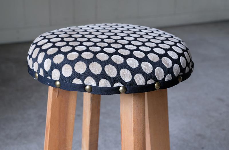 木目の美しさは残しつつ座り心地が良くなるよう、クッション性のあるファブリックに椅子職人が仕立てました。