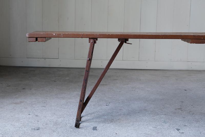 イギリス製の軍用で使われていたフォールディングベンチ。