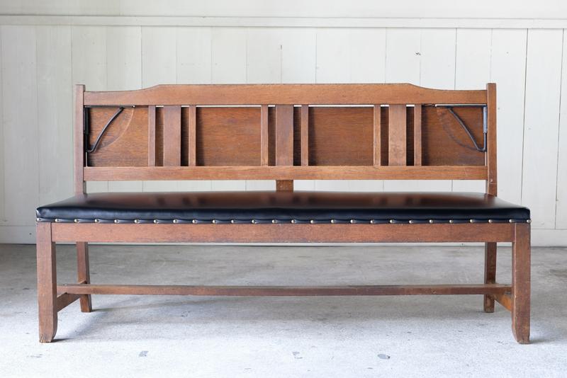 楢材で造られ使われてきた味が心地よい教会のベンチ。